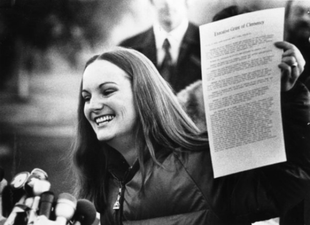 """А 1 февраля 1979 года приговор был отменён под давлением общественной кампании поддержки, развернутой """"Комитетом по освобождению Патрисии Херст""""."""