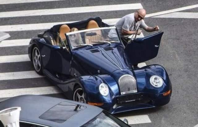 Эти британские спортивные автомобили собираются вручную. Каждая модель сделана в стиле авто 30-40-х годов 20 века. В отделке салона используется виндзорская коровья кожа и дорогие породы дерева.