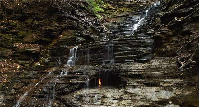 Водопад вечного огня, Нью-Йорк. Внутри пещеры, которая спряталась позади потока воды, горит огонь. Исследователи уже узнали, что в том месте испаряется природный газ, воспламеняющийся при определенных условиях.