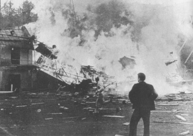За 20 минут до начала представления, в 17 часов 40 минут в здании раздался взрыв. Здание загорелось. Балкон обвалился.