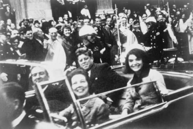 Джон Ф. Кеннеди 35 президент США в 1963 году был убит двумя выстрелами в шею и голову. Покушение было осуществлено во время парада в Далласе.
