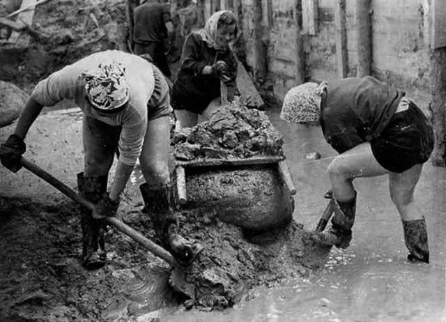 Показательное равноправие в СССР. Женщина тоже имела право выбора - можно копать лопатой, а можно шуфлей.