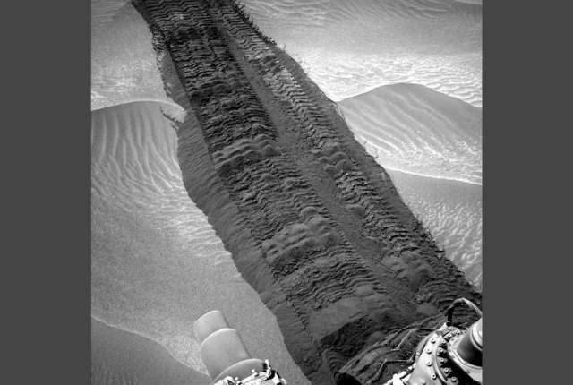 """Как выглядят """"следы"""" марсохода на Марсе."""
