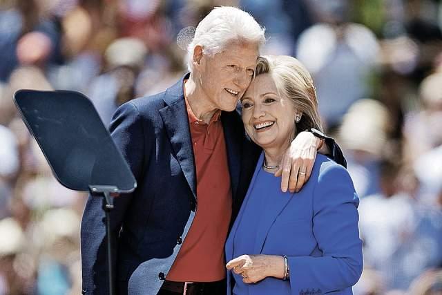Когда появились неопровержимые доказательства, а после и сам Билл признался в содеянном, Хиллари пришлось тяжело. Тем не менее, разговора о разводе не зашло ни разу: семья — на первом месте.