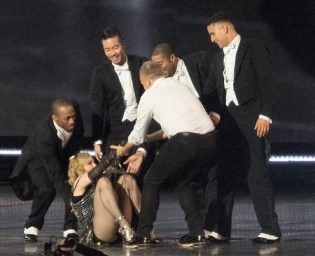 А в 2015 Мадонна не удержалась на ногах на церемонии BRIT Awards.