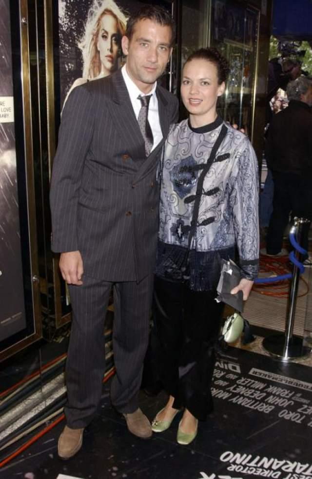 Актер Клайв Оуэн . Женат на актрисе Саре-Джейн Фентон. Вот уже 21 год один из самых красивых и сексуальных мужчин планеты передан своей жене - маленькой шатенке, которая всегда убирает волосы в пучок и выглядит как школьная учительница.