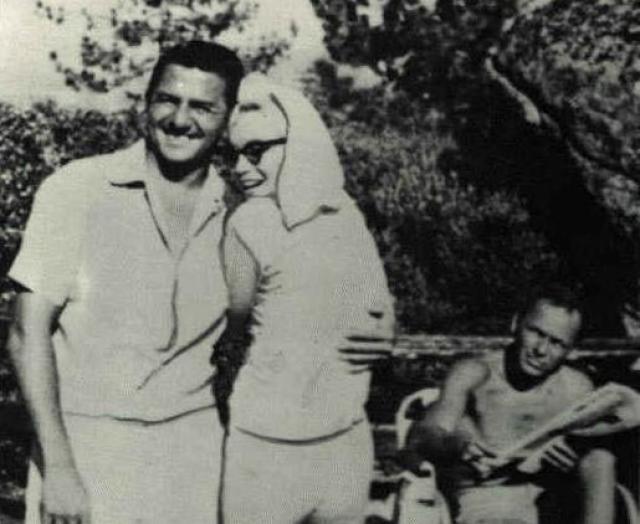 В начале 1962 года Питер Лоуфорд объявил Фрэнку, что Джон Кеннеди больше не будет с ним общаться из-за его связей с мафией.  Многие биографы считают, что в смерти Мэрилин не последнюю роль сыграли как раз мафия и Фрэнк Синатра. Ведь свои последние выходные Мэрилин провела в отеле, который принадлежал Фрэнку и Сэму Джанкану, американскому гангстеру.