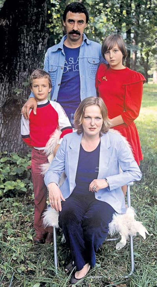 Когда СССР распался, и наступили смутные времена Соловей и ее супруг, художник Юрий Пугач, приняли решение эмигрировать в США ради будущего своих детей.