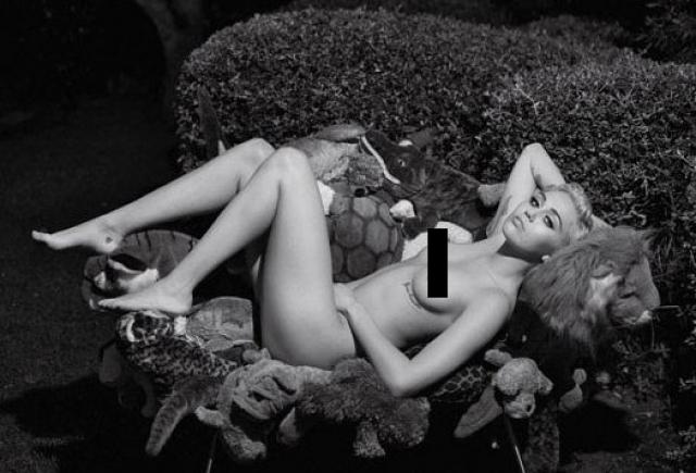 Майли также стала музой гуру моды Карла Лагерфельда и приняла участие в его фотосессии. На снимках она посреди мягких игрушек предстала, конечно, обнаженной. На этот раз полностью.
