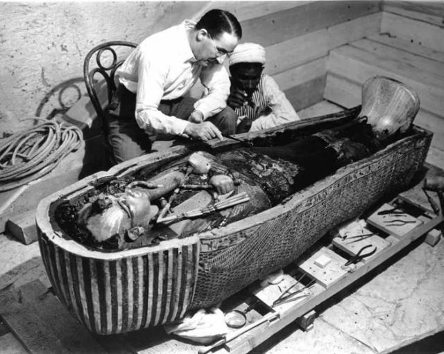 4 ноября 1922 года англичанин Говард Картер, проводивший раскопки в Долине царей в Египте, обнаружил в скале вход в гробницу фараона Тутанхамона .