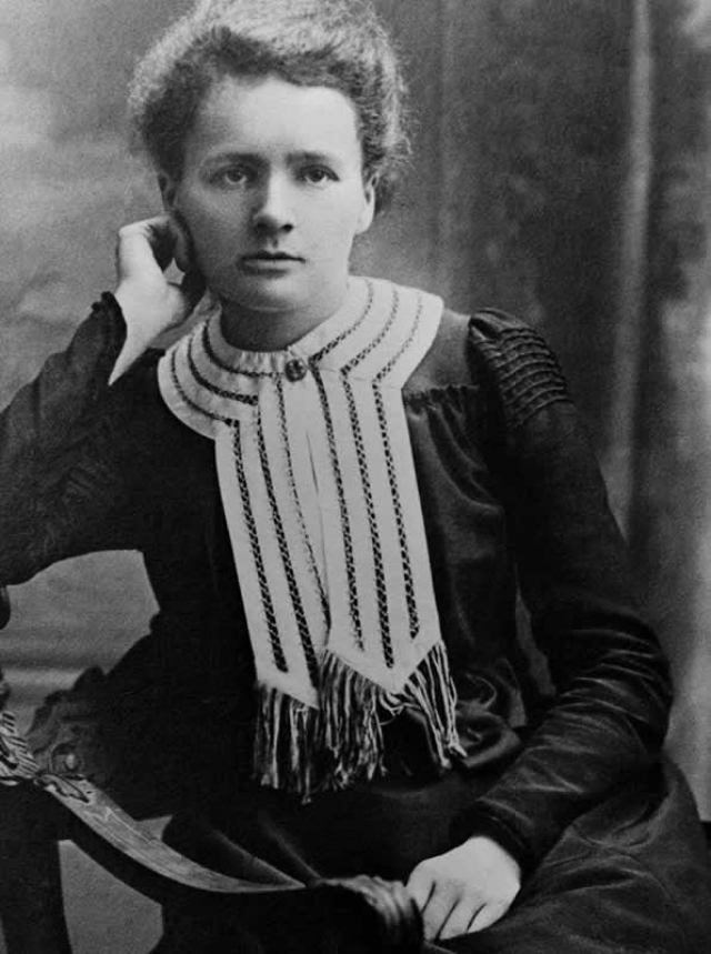 Мария Кюри. Всемирно известная ученая, лауреат двух Нобелевских премий по физике и химии вместе со своим мужем Пьером, тоже ученым, открыла химические элементы радий и полоний.