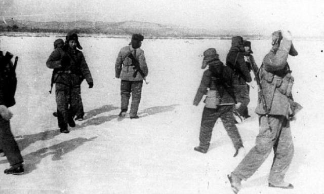 В ночь с 1 на 2 марта 1969 года около 77 китайских военнослужащих в зимнем камуфляже, вооруженных карабинами СКС и автоматами Калашникова, переправились на Даманский и залегли на более высоком западном берегу острова.