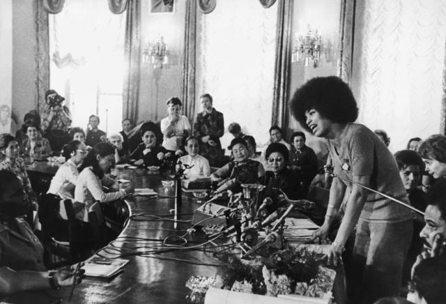 """В результате суд над американской коммунисткой стал одним из главных тем советских новостей на все 18 месяцев, пока шел процесс. Лозунг """"Свободу Анджеле Дэвис!"""" звучал с высоких трибун, на собраниях на заводах и фабриках, среди пионеров и студентов."""