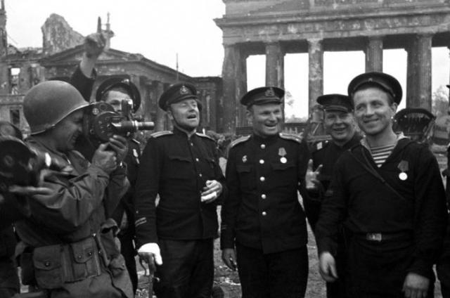 Советские моряки, герои штурма Берлина, позируют американскому военному корреспонденту.