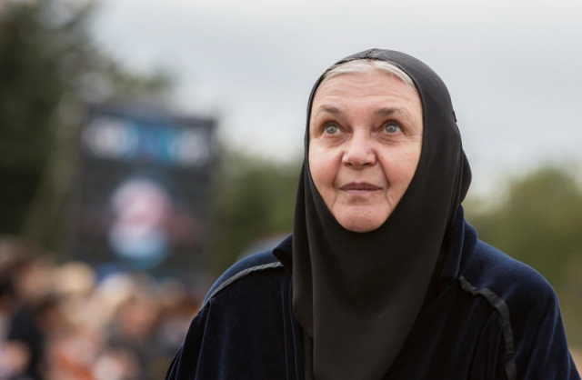 Последним толчком к окончательному решению уйти в монастырь стал случай, когда актрису с сыном чуть не сбил поезд.