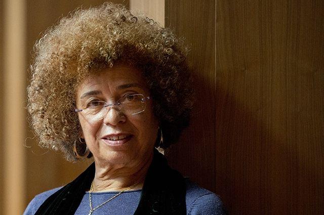 Ныне Анджела Дэвис - профессор истории развития разума и феминистских исследований Калифорнийского университета в Санта-Крузе.