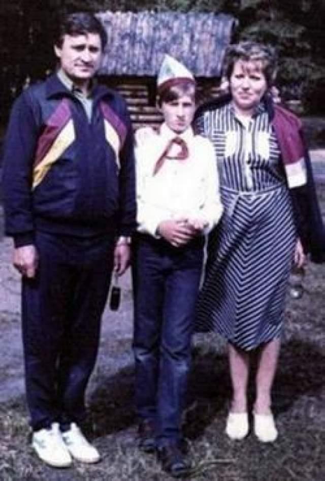 В браке с Владимиром Матвиенко у Валентины в 1973 году родился сын Сергей (в центре)