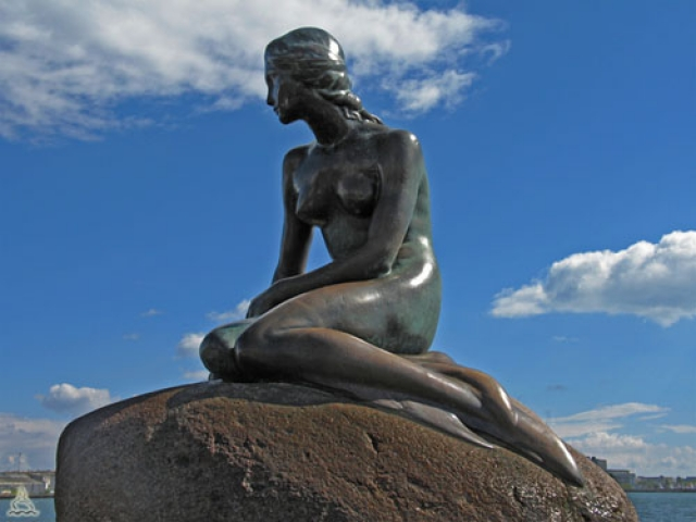 """У набережной Лангелинье, при входе в Копенгаген со стороны моря, находится самая известная в Дании скульптура - """"Русалочка"""" . Ее создал в 1913 г. скульптор Эдвард Эриксен."""