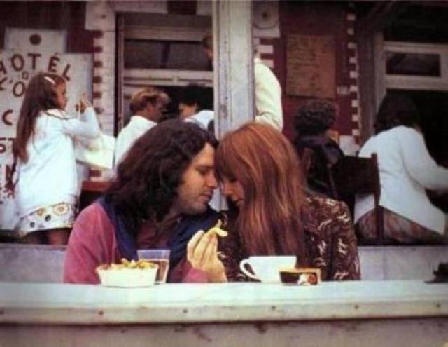 Хроника событий такова: 11 марта 1971 года Джим приезжает в Париж. Там уже месяц находится его подруга Памела Курсон. Вместе им предстоит провести эти последние месяцы жизни музыканта.