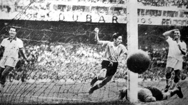 """В финальном матче на легендарном стадионе """"Маракана"""" в присутствии 173 тысяч зрителей Бразилия побеждала со счетом 1:0, но Гиджа в казалось бы проигрышном матче на 66-й минуте отдал пас Пепе Скьяффино, который забил гол."""
