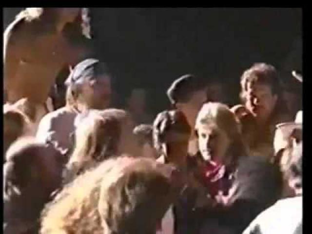 """Эксл Роуз. Guns N' Roses выступали в Riverport Amphitheatre под Сиэтлом в 1991 году, когда певец увидел поклонника с камерой, и мгновенно слетел с катушек. """"Эй, забери у него эту хрень! - крикнул он секьюрити. - Поймай этого чувака и отбери у него""""."""