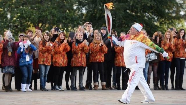 Во время эстафеты олимпийского огня грузный, немолодой человек бежал с факелом по Кремлю. Внезапно факел погас. Сотрудник ФСО торопливо вновь зажег пламя от своей зажигалки. Мужчина продолжил бег, добежав отведенные ему метры и передав эстафету.