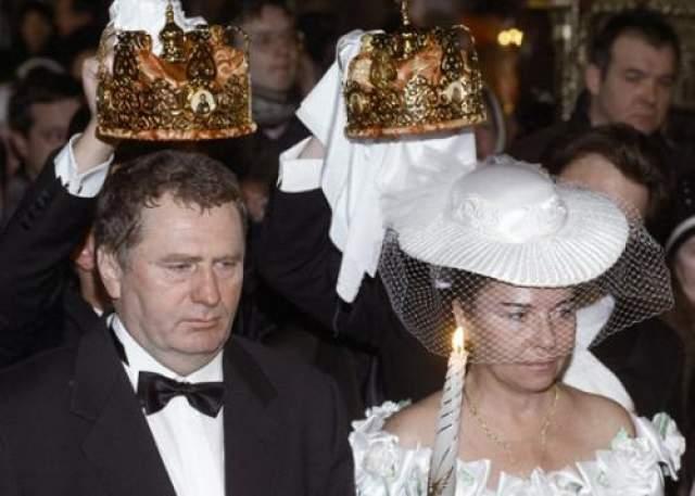 Владимир и Галина Жириновские Владимир Вольфович женат на Галине Лебедевой. Она кандидат биологических наук. В 1993 году супруги обвенчались по православному обряду.