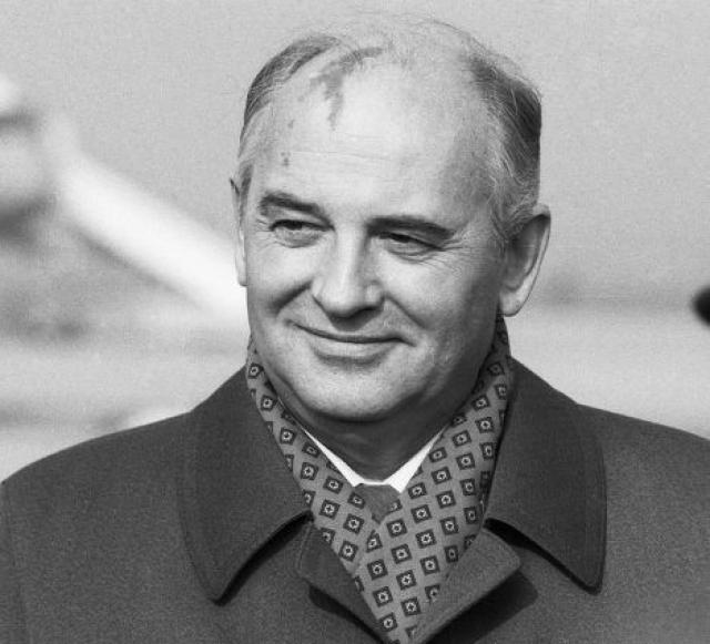 """Михаил Горбачев : """"Мы там и раньше бывали, в пицце, ну вот теперь сходили еще раз. Семья моя, Раиса Максимовна, были против. Но я пошел""""."""