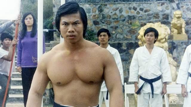 """Боло Йен Китайский актер, культурист и мастер боевых искусств наиболее известен своими ролями в """"Кровавом спорте"""",""""Кровавой бритве"""",""""Двойном ударе"""",""""Сильнейшем ударе"""" идругих."""