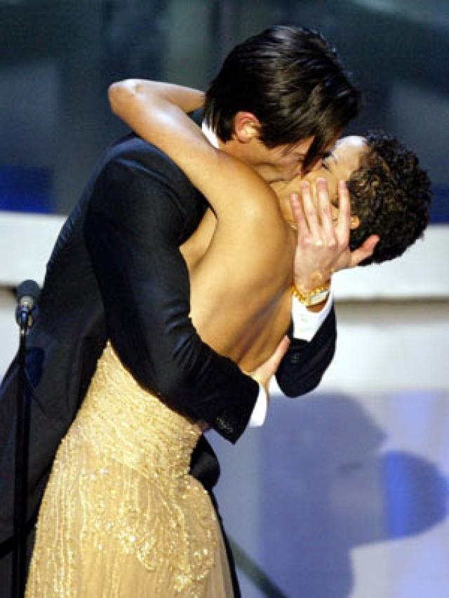 """Когда объявила его имя в качестве победителя в номинации """"Лучший актер"""", он подошел, взял награду, и подарил для ничего не подозревающей актрисы длинный, чувственный поцелуй."""
