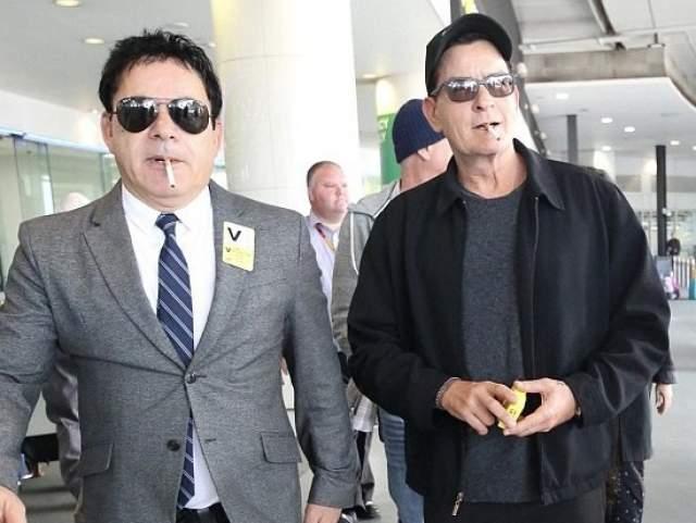 Актер пообещал поклонникам, что на фоне болезни он, разумеется, начнет придерживаться ЗОЖ, бросит курить и чуть ли не в монастырь уйдет. Однако папарацци на днях застали его выходящим из аэропорта уже с сигаретой в зубах.