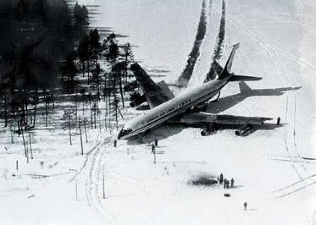 Боинг 707 Korean Air Lines. 20 апреля 1978 года самолет Боинг 707 южнокорейской авиакомпании Korean Air Lines нарушил воздушную границу СССР, был атакован советскими истребителями-перехватчиками и совершил вынужденную посадку на лед замерзшего озера Корпиярви (Карельская АССР).