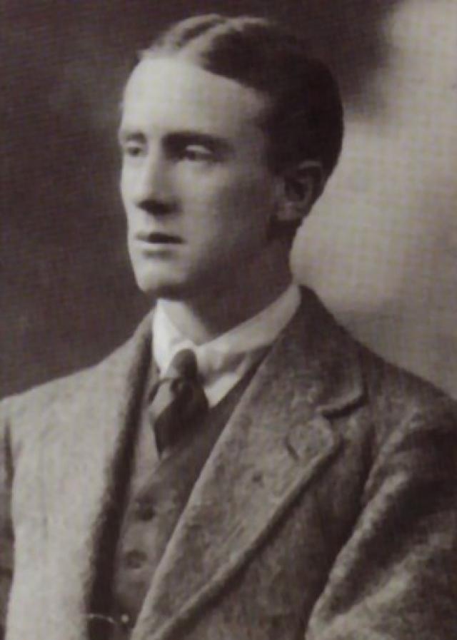 """У Джона рано обнаружился лингвистический талант, еще будучи учеником колледжа после изучения староваллийского и финского языков он начал разрабатывать """"эльфийские"""" языки. В октябре того же года он поступил в Оксфорд."""