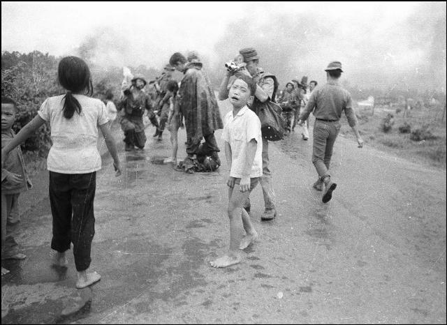 Группа мирных жителей, среди которых находилась и девятилетняя Ким Фук по ошибке пилота южновьетнамских ВВС по ошибке была приянта за солдат северовьетнамской армии и атакована напалмовыми бомбами.