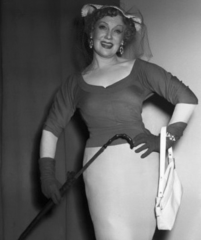 Конечно, актриса обожала стильные наряды и всегда фанатично следила за модой. Известен случай, когда она, прилетев в Париж, дважды меняла длину своей юбки - то удлиняла, то укорачивала, чтобы попасть в тренд и выглядеть как настоящая француженка.