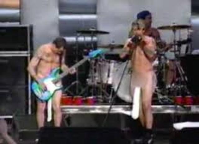Группа Red Hot Chili Peppers многократно выступала на концертах лишь в носках, надетых на гениталии.
