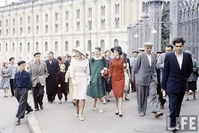Прогулка моделей Christian Dior по центру города в компании местных жителей.