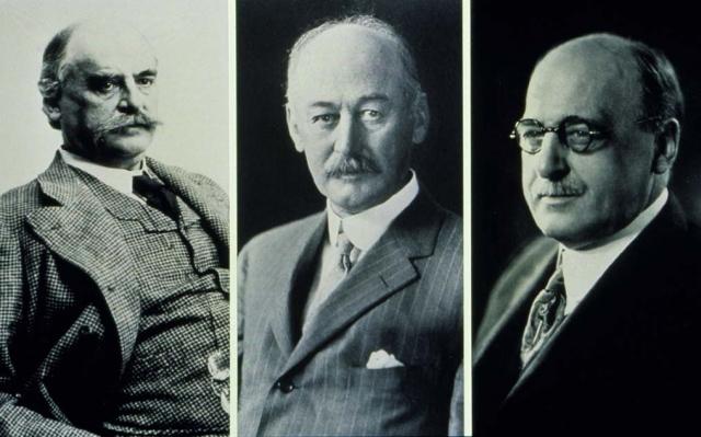 """Роберт Джонсон был одним из тех, кто присутствовал на выступлении Листера в 1876 году. Вместе со своими братьями Джеймсом и Эдуардом в 1885 г. основал компанию """"Johnson & Johnson"""". Первой продукцией компании стали улучшенные пластыри, содержащие медпрепараты, смешанные с клейким веществом."""