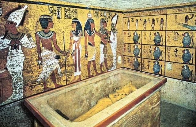 Общий вес найденных золотых украшений и посуды составил 1,2 тонны. В их числе — золотой саркофаг и золотая посмертная маска Тутанхамона, ставшая символом Древнего Египта.