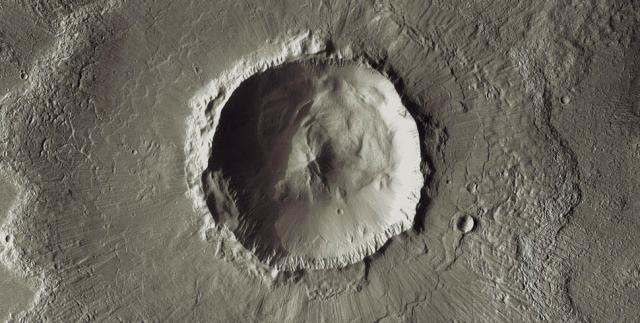 Лунный кратер Баколор. Диаметр этого большого ударного кратера приблизительно достигает 20 км.
