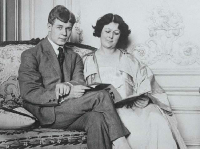 Дункан и Есенин оформили брак в Хамовническом загсе Москвы. По словам секретаря и переводчика Дункан, накануне церемонии она попросила его немного подправить дату рождения в паспорте, так 18-летняя разница в возрасте сократилась вдвое.