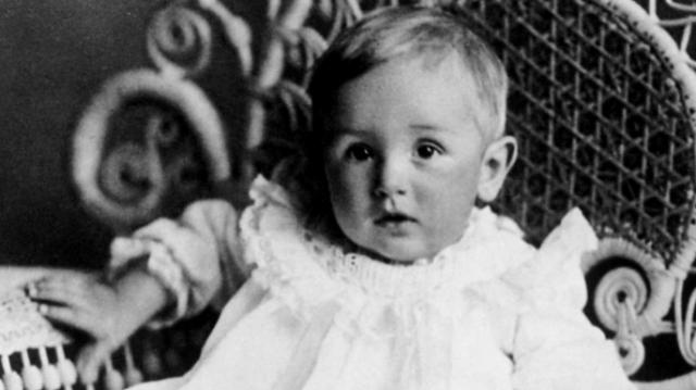 Она не могла обеспечить маленькому Уолту полноценного детства, поэтому решила вместе с сыном перебраться в США.