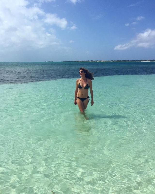 Синди Кроуфорд. Легендарная супермодель решила отметить пятидесятый юбилей в бикини на пляже.