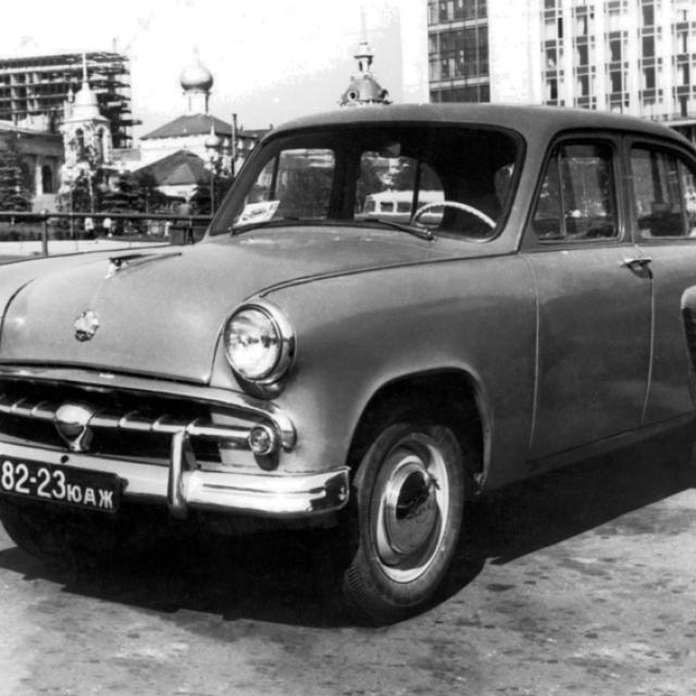 С конвейера столичного завода сошел такой бестселлер, как Москвич-402 .