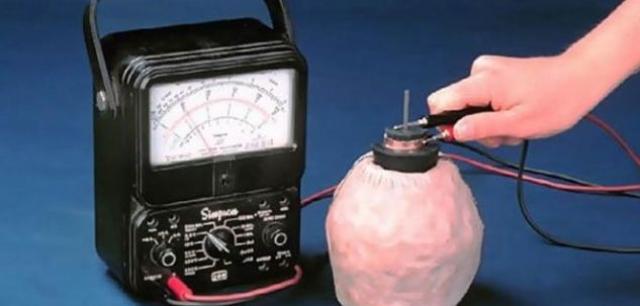 Предполагают, что это прототип современных батареек возрастом в 2,5 тысячи лет. Эксперименты подтвердили – при заполнении сосудов виноградным соком они выдают ток напряжением до 4 вольт.