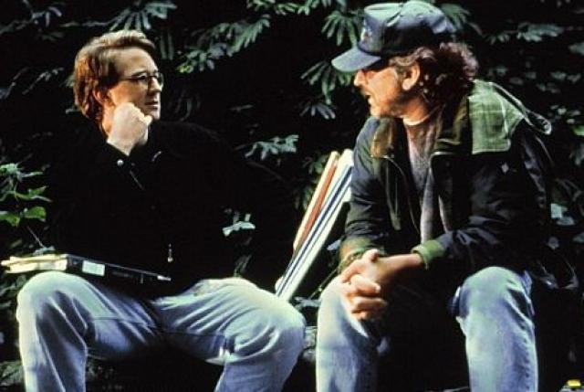 Спилберг и писатель встретились в 1989, когда обсуждали написанный Крайтоном сценарий сериала о врачах, когда всплыла тема древних рептилий.