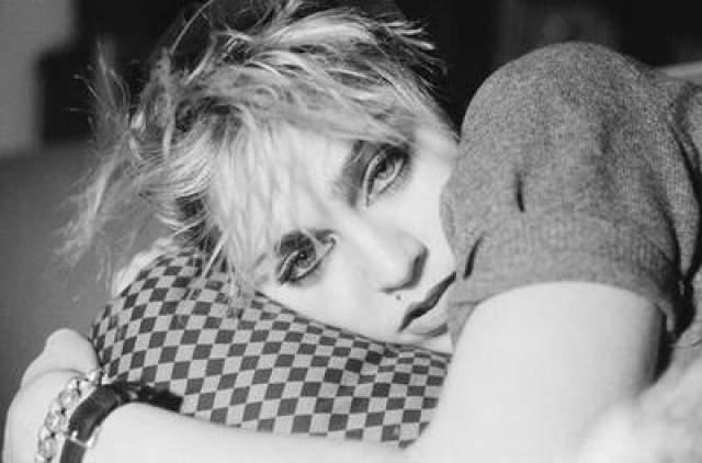 """В октябре 1982 года Мадонна выпустила свой первый сингл """"Everybody"""", быстро ставшему клубным хитом. Следующий сингл, """"Holiday"""", стал первым мировым хитом певицы. Успеху песни содействовал эффектный видеоролик."""