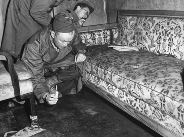 Когда Линге и Борман вошли в комнату, Гитлер якобы сидел на софе в углу, на столике перед ним лежал револьвер, из его правого виска текла кровь. Мертвая Ева Браун, находившаяся в другом углу, уронила свой револьвер на пол.