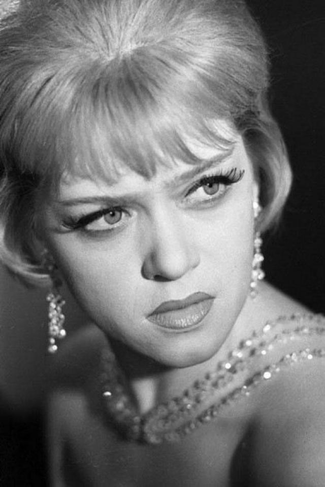 """Когда Эльдар Рязанов предложил ей сыграть Людмилу Прокофьевну Калугину в """"Служебном романе"""", актрисе было уже 42 года, пока картина снималась – исполнилось 43."""