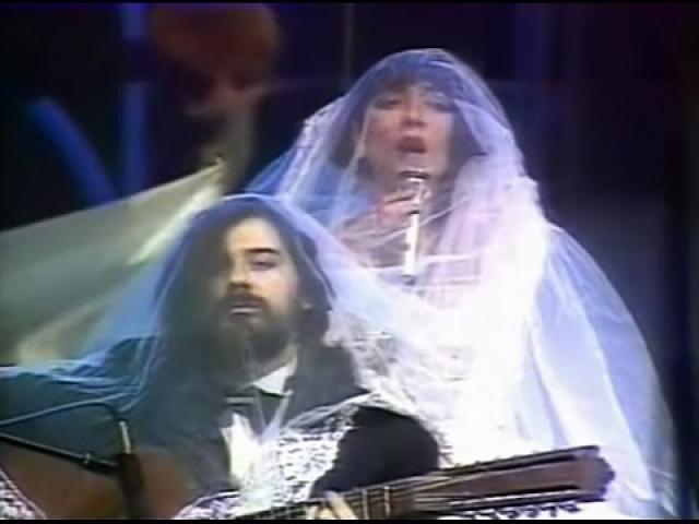 Дуэт прославился исполнением шуточных и иронических песен о любви.
